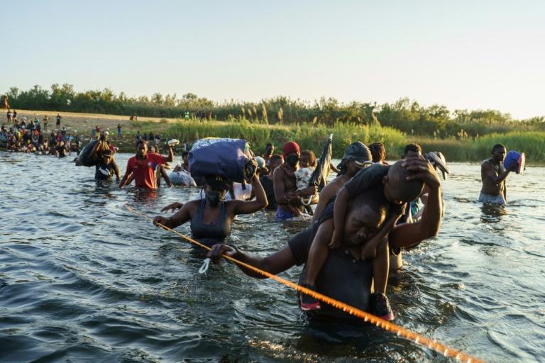 Des migrants haïtiens traversant le Rio Grande, frontière naturelle entre le Mexique et les Etats-Unis, le 20 septembre, 2021