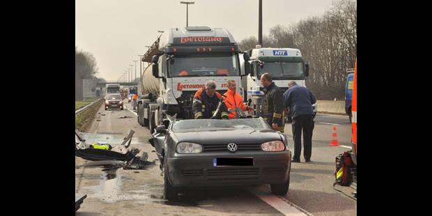 Une voiture traînée sur 100 mètres par un camion - La DH