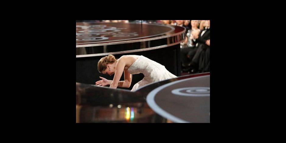 Jennifer Lawrence se prend les pieds dans... sa robe