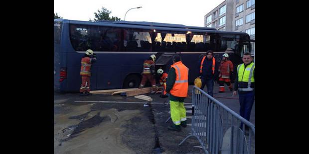 Un bus scolaire reste coincé dans un trou à Woluwe-Saint-Lambert