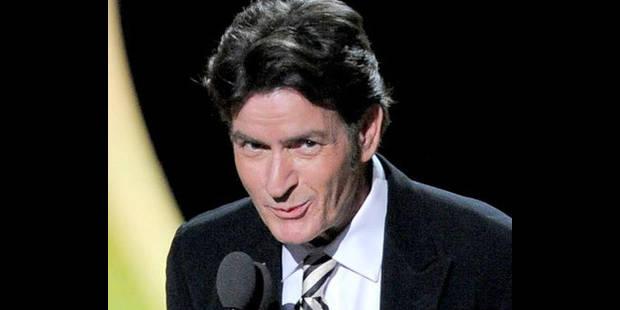 Charlie Sheen fait la paix avec ses anciens collègues aux Emmy Awards 2011
