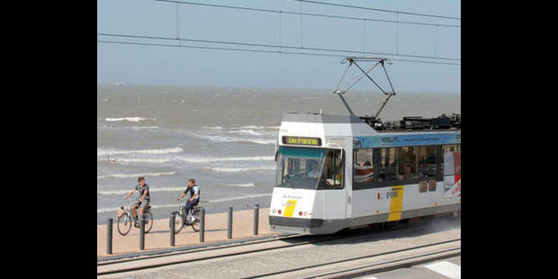 Accident impliquant un tram de la Côte à Westende: une femme décédée - La DH