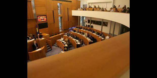 Parlement bruxellois: feu vert à la diminution des indemnités de fonctions spéciales - La DH