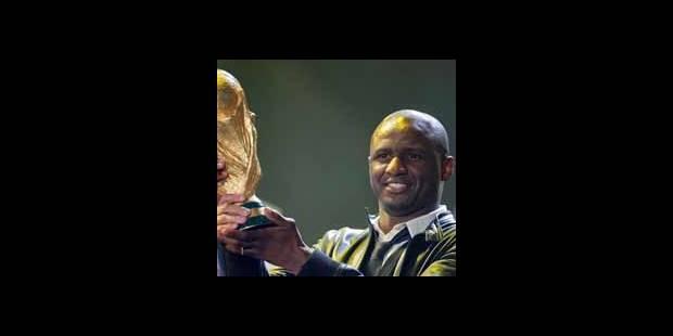 """La """"gaffe"""" de la FIFA avec Vieira remettant la Coupe aux organisateurs"""