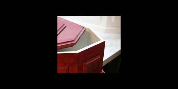 280.000€ pour un cercueil en or avec gsm intégré - La DH