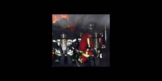 Un homme tire sur les pompiers depuis sa maison en feu - La DH