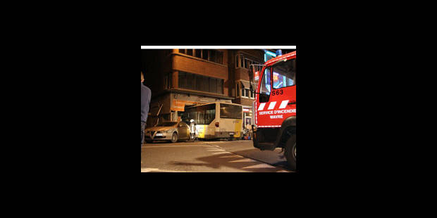 Le bus entre dans le night-shop - La DH