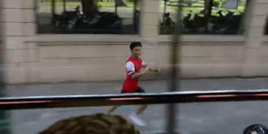 Il suit le bus d'Arsenal pendant 9km et finit... dans le bus