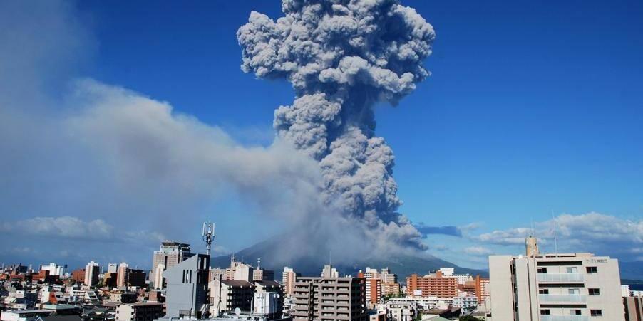 Spectaculaire éruption d'un volcan au Japon