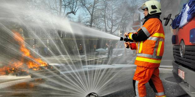 Des pompiers bruxellois arrosent la façade du cabinet de Christos Doulkeridis - La DH