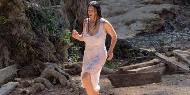 Monica Bellucci seins nus sous sa robe blanche - La DH