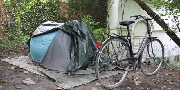 Il loge sous tente près de l'hôtel de ville de Tournai - La DH