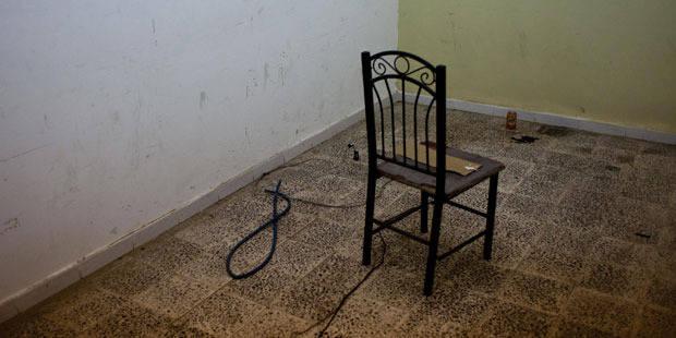 Attach� � une chaise et br�l� au tisonnier: ses bourreaux voulaient l'argent du CPAS
