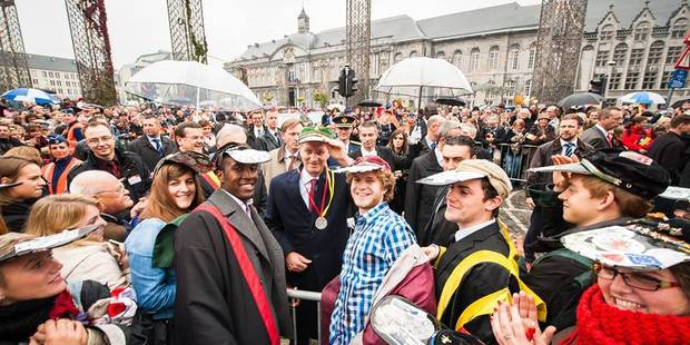 """Le roi Philippe a été """"couronné"""" d'une penne à Liège - La DH"""