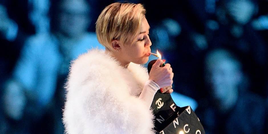 Miley Cyrus fume un joint aux MTV awards