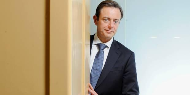La vidéo de la sortie De Wever de l'hôpital: il n'a rien perdu de son cynisme - La DH