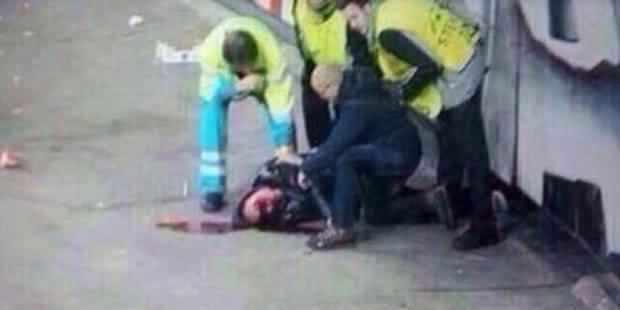 Un supporter de l'Ajax sérieusement blessé après une chute des tribunes (vidéo) - La DH
