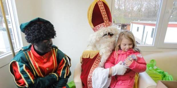 Saint-Nicolas offre des jouets et des bonbons