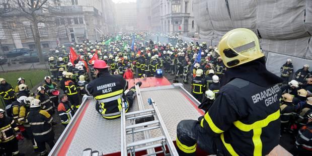 La manifestation des pompiers dérape: des pneus crevés et un policier blessé à la tête - La DH
