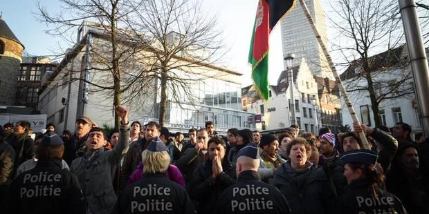 Manifestation de sans-papiers afghans devant le siège du PS - La DH