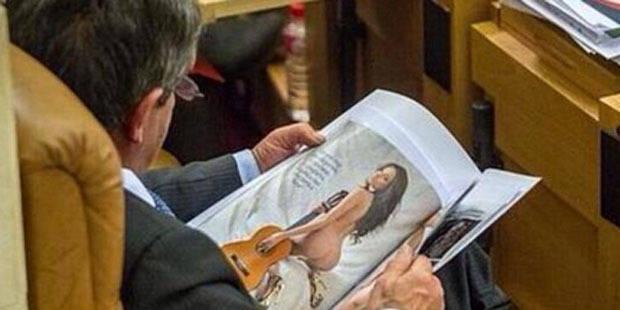 """Un parlementaire espagnol """"grillé"""" en train de feuilleter... un magazine érotique - La DH"""