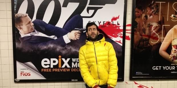 Il se met en scène devant des affiches de cinéma violentes - La DH