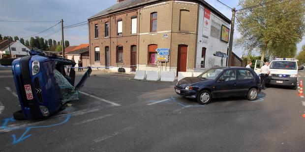 Une voiture sur le flan au carrefour du Saint-Homme à Thulin - La DH