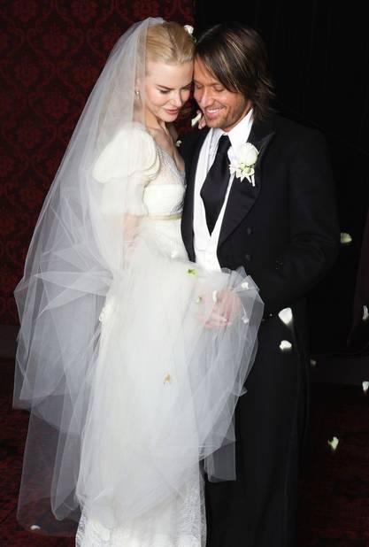 Nicole Kidman a opté pour une robe ivoire à une manche dessinée par Nicolas Ghesquiere, le directeur artistique de Balenciaga.