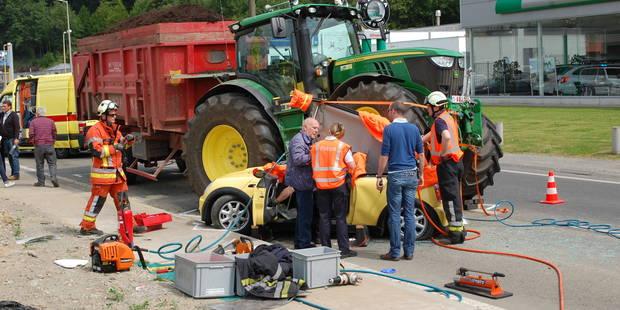 Spectaculaire accident entre une Mini et un tracteur � Wavre