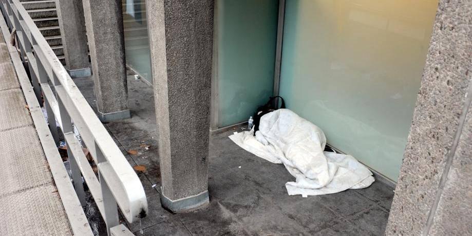 Charleroi: 2 SDF agressent un ouvrier