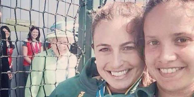 """Elizabeth II se retrouve sur un """"selfie"""" et remporte un vif succès sur le net - La DH"""