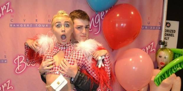 Miley Cyrus offre ses seins à un fan - La DH