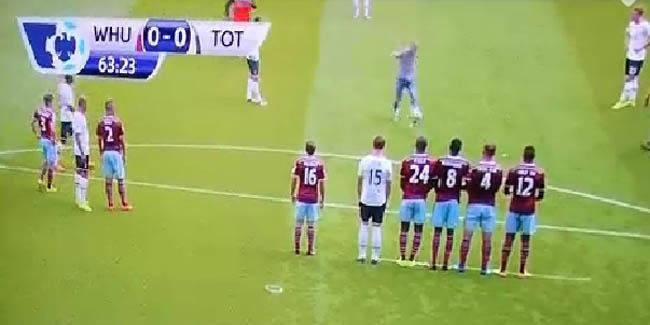 West Ham-Tottenham: un supporter monte sur le terrain et tire un coup franc