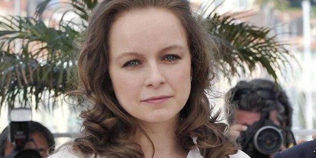 L'actrice Samantha Norton révèle avoir été agressée sexuellement en foyer - La DH