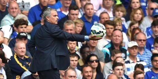 José Mourinho bousculé par un joueur de Swansea - La DH