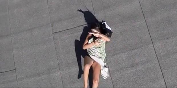 Nue sur son toit, elle est piégée par un drone - La DH