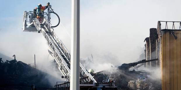 Incendie dans un entrepôt à Anderlecht: 3000 mètres carrés partis en fumée - La DH