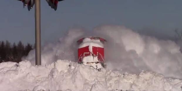 Quand un train chasse la neige d'une tempête à pleine vitesse - La DH