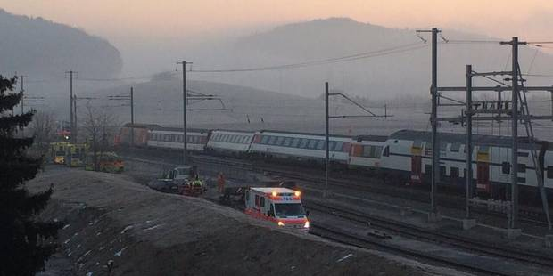 Collision entre deux trains en Suisse: le conducteur grièvement blessé - La DH