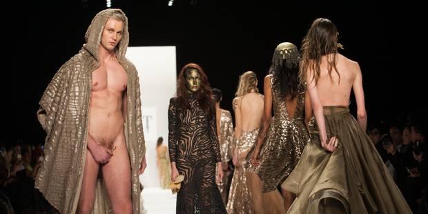 Homme nu et bijou bien placé sur le podium à New York - La DH