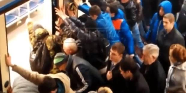 Une foule se mobilise pour sauver une vieille dame bloquée entre un métro et le quai - La DH