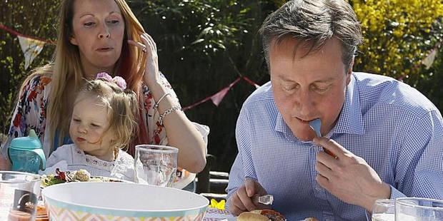 Cameron attaque un hot dog à la fourchette et devient la risée des médias - La DH