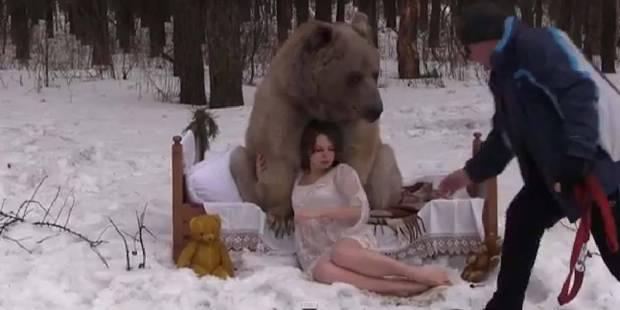 Des mannequins prennent la pose... dans les bras d'un ours ! - La DH
