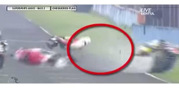 Un pilote moto fête sa victoire et se fait percuter violemment par un concurrent ! - La DH