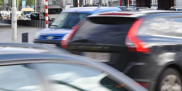 Une voiture percute la terrasse d'un café à Maasmechelen, un mort et des blessés - La DH