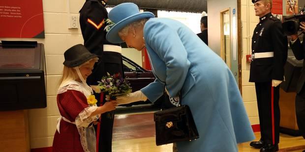 Une petite fille giflée par un soldat de la Reine (VIDEO) - La DH