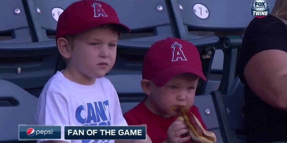Ce petit garçon galère avec son hot-dog