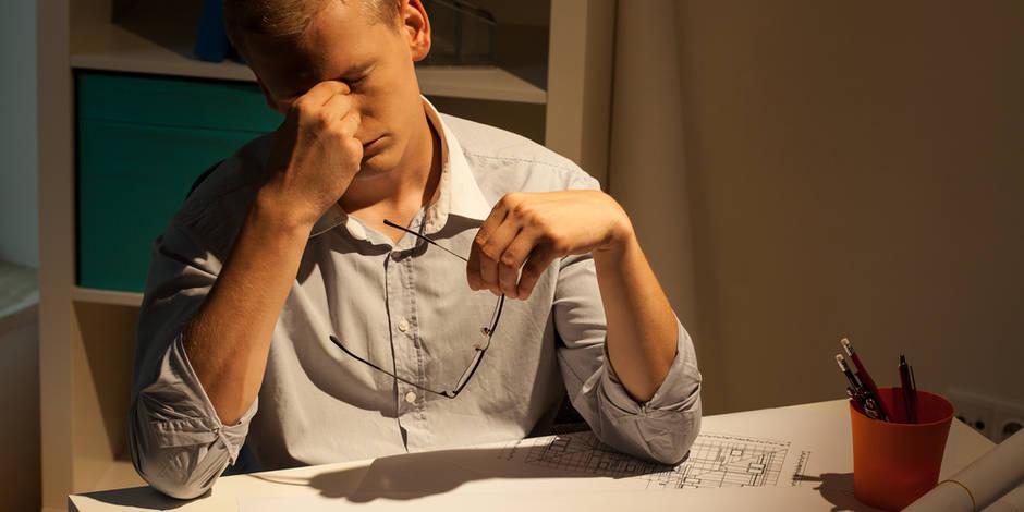 Travailler 55h par semaine augmente le risque de faire un AVC de 33%.