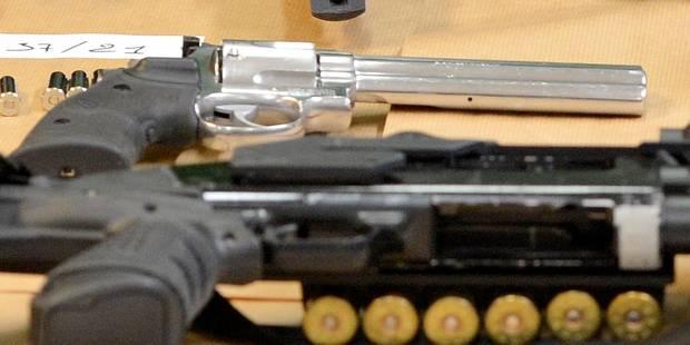 Lance-flammes, armes, explosifs: un véritable arsenal de guerre découvert chez un habitant de Gosselies ! - La DH