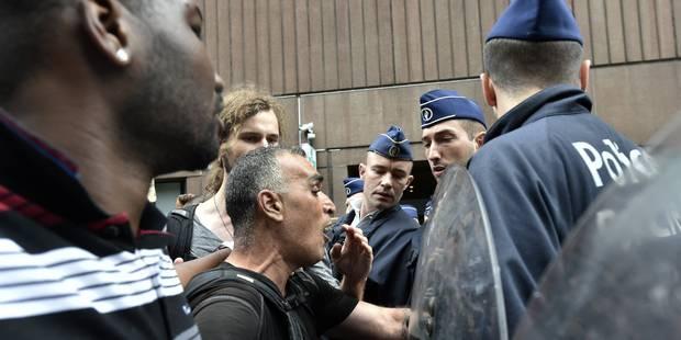 Des sans-papiers pénètrent dans le bâtiment de l'Office des étrangers - La DH